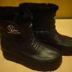 たとえ安物でもスノーブーツを履いた方がいい。ただの長靴だと足が凍傷になるよ。