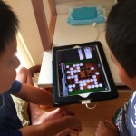 子供達が囲碁で遊び始めました!iPadのアプリだと動画で解説してくれるし、自動で石をとってくれるからわかりやすい!