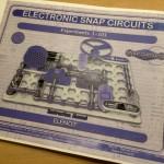 電脳サーキットこと、electronic snap circuitsという全米大ヒットの教育玩具があるらしい。山キッズ1が興味津々!