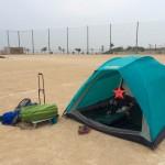子供達と学校のグラウンドで一泊してきたよ!防水性のないテントで雨漏りする夜を過ごしました。。。